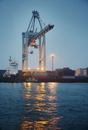shipload: Gr�a de carga de contenedores en un barco durante la noche.  Foto de archivo