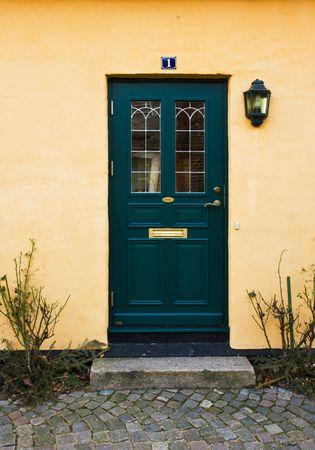Verde puertas de una acogedora casa  Foto de archivo