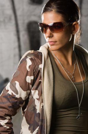 Hip-hop estilo chica posando delante de un graffiti  Foto de archivo - 3298438