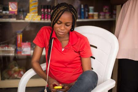 femme africaine: Jeune message �crit de la femme africaine ou afro-am�ricaine avec t�l�phone portable