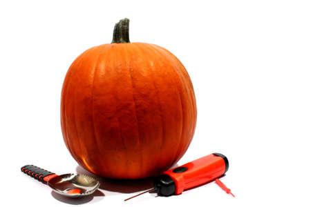 carving pumpkin: Calabaza aislada con el kit de calabaza que talla incluso vio y cuchara Foto de archivo