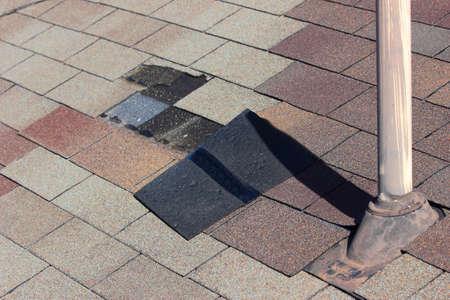 Een close-up bekijken van gordelroos wordt geblazen van een dak en andere dakschade