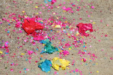 Primo piano vista di rotture confetti uova e coriandoli sparsi sul pavimento Archivio Fotografico - 18866177