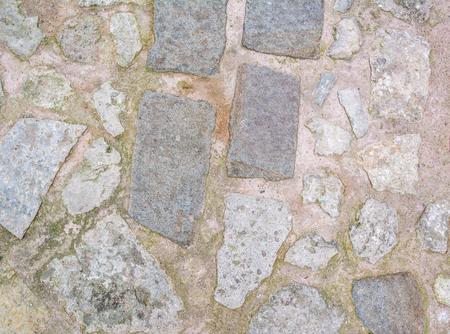 empedrado: adoquines con textura de hierba, camino de piedra con el fondo de la hierba Foto de archivo