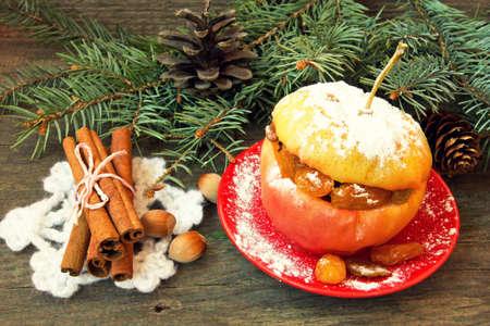 christmas apple: gustosissima mela al forno di Natale riempito con noci, uvetta e miele