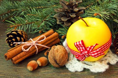 apple cinnamon: mela gialla, bastoncini di cannella e noci spuntino di Natale Archivio Fotografico