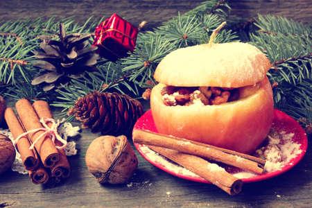 christmas apple: gustoso al forno riempito di Natale mela in stile vintage