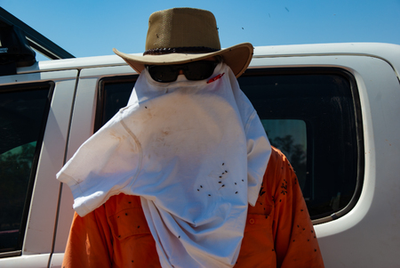 A surveyor works in the Australian outback trying to cope with the flies and heat Sajtókép