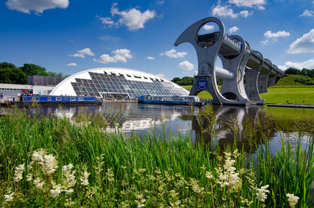 The Falkirk Wheel in Scotland is a rotating boat lift linking the Forth and Clyde Canal with the Union Canal 免版税图像