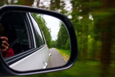 Forest highway in the side mirror green auto road 版權商用圖片