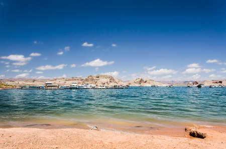 lake powell: Sunny day at Lake Powell with boats and canyons in clear water