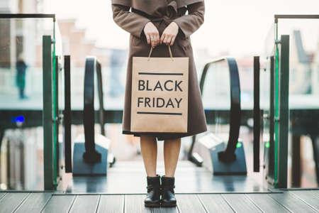 Piękna kobieta elagance trzymając worek papierowy Czarny piątek w centrum handlowym