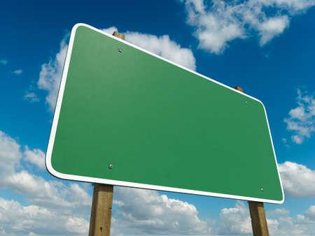 하늘 배경에 고립 된 빈 녹색 도로 표지판