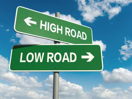 하늘 배경에 높은 도로 낮은 도로 단어와도 표지판 스톡 콘텐츠