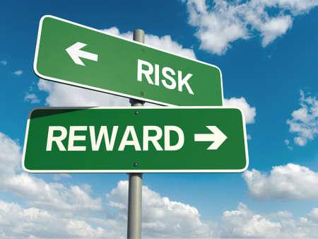 Un signe de la route avec des mots de récompense du risque sur fond de ciel Banque d'images