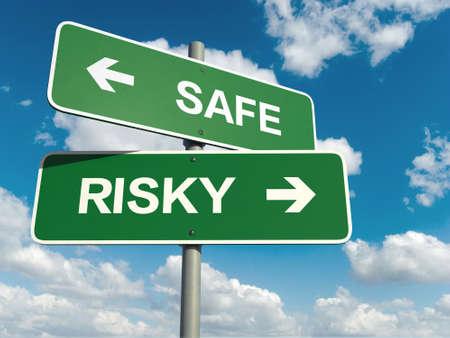 kockázatos: A közúti jel biztonságos kockázatos szavakat égbolttal a háttérben Stock fotó