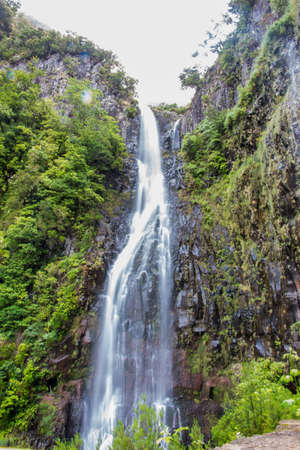 In the middle of the tropical forest of madeira there is this famous spectacular natural event, the risco waterfall. It is a cascade of two waterfalls, very high, in a beautiful green nature of the tropical forest. Stockfoto