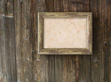 marco madera: Antiguo marco sobre un fondo de madera