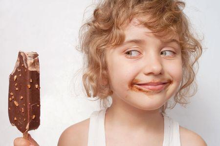 eye cream: Child eats ice-cream