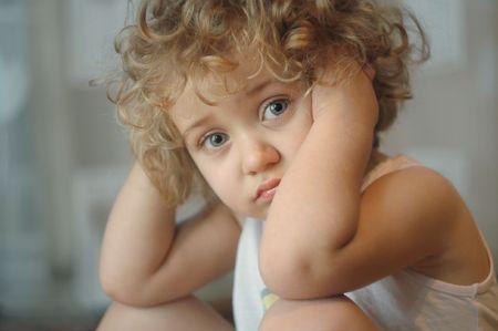 fille triste: Belle petite fille avec grands yeux bleus