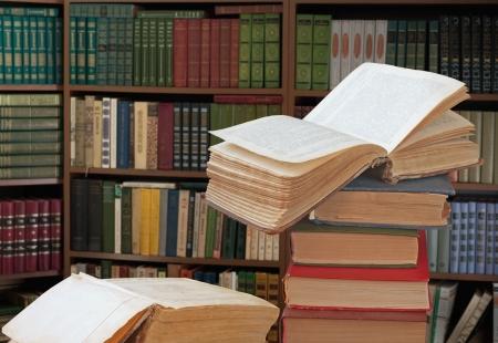 biblioteca: abrir libros en una biblioteca Foto de archivo