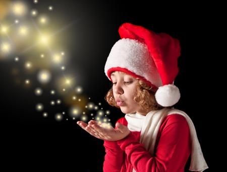 cute vreugdevolle meisje met santa-kleding