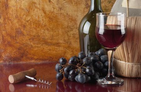 fles rode wijn en corkscrew  Stockfoto