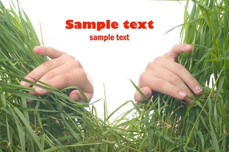 Handen die duwen het gras. Conceptuele afbeelding.