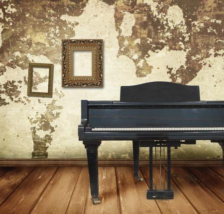 kamer en een oude piano Stockfoto