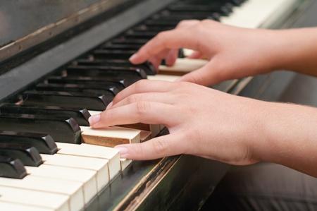 tocando piano: manos tocando música en el piano, las manos y piano, el teclado Foto de archivo