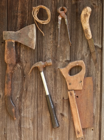 Antieke roestig gereedschap op een oude houten bureau Stockfoto