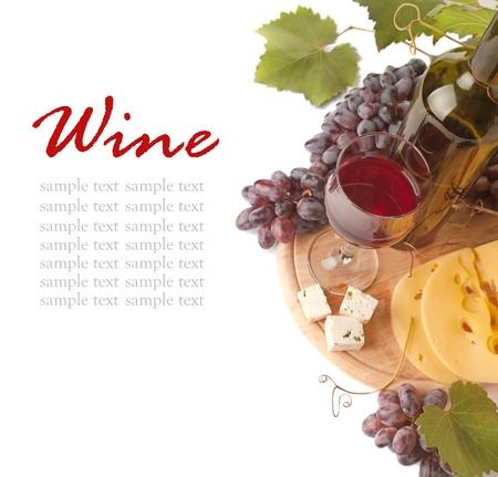 tabla de queso: Queso y vino tinto, aisladas sobre fondo blanco  Foto de archivo
