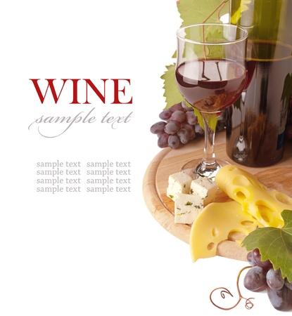 vinos y quesos: Queso y vino tinto, aisladas sobre fondo blanco  Foto de archivo