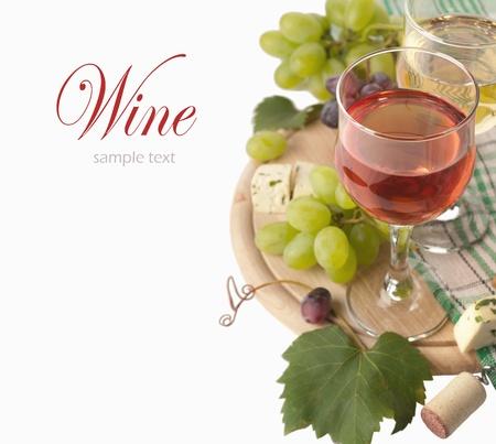 Kaas, witte en rode wijn, op een witte achtergrond