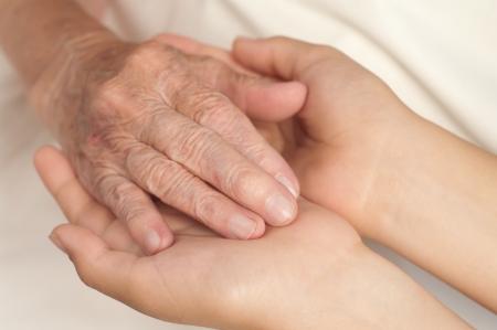 companionship: Viejos y jóvenes manos. Foto de archivo