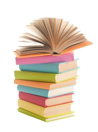 close-up van stapel kleurrijke boeken op witte achtergrond Stockfoto