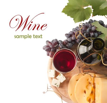 een glas rode wijn en druiven over wit (met voorbeeld tekst)