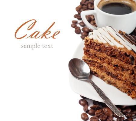 trozo de pastel: Primer plano de una taza de caf� y un pastel de chocolate