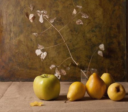 pera: Naturaleza muerta con manzanas y hojas de oto�o