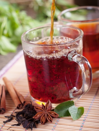tazza di te: Tazza di tè fresco sul tavolo. Messa a fuoco selettiva Archivio Fotografico