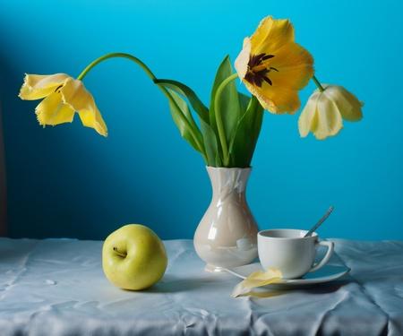 Stillleben mit gelben Tulpen Standard-Bild