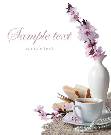 fleurs de cerisiers: tasse de caf� et de fleurs de cerisier roses sur un fond blanc Banque d'images