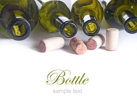 botellas vacias: de fondo con botellas vacías de vino y corchos Foto de archivo