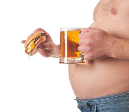 hombre tomando cerveza: foto de un hombre gordo con una hamburguesa y una cerveza en la mano Foto de archivo
