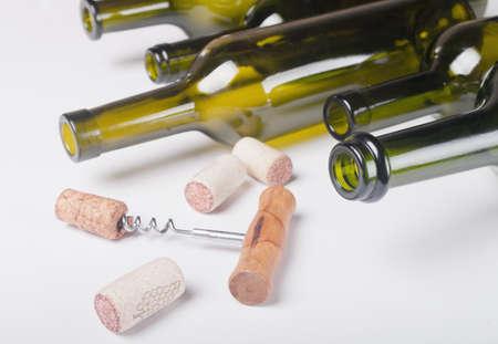 botellas vacias: fondo con botellas vacías de vino y corchos Foto de archivo