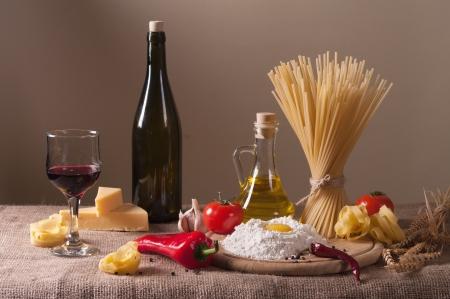 pan y vino: Bodegón con pasta, verduras y vino