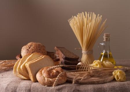 natura morta con pane, pasta e grano Archivio Fotografico