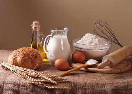 haciendo pan: Todavía vida con la harina, la leche y el trigo pan