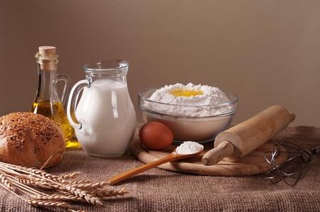 haciendo pan: Todavía vida con la harina, la leche y el pan de trigo