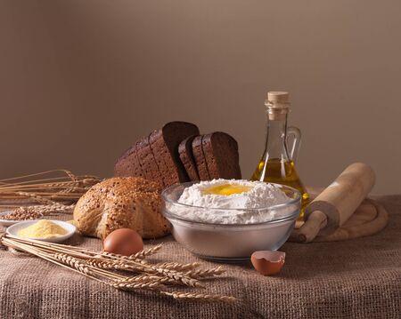 haciendo pan: Naturaleza muerta con harina Foto de archivo